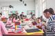 Uczestnicy zajęć Kolory Tęczy tworzą dekoracje wielkanocne